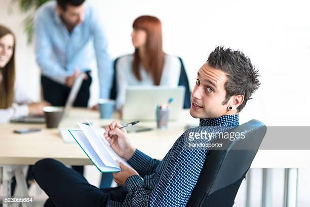 Rilassata uomo nell'ufficio