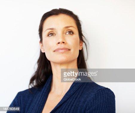 Relaxado meia idade mulher olhando para longe com copyspace