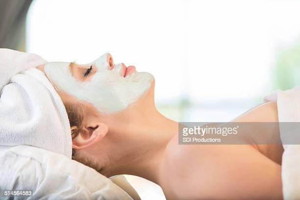 Entspanntes spa-Kunden genießen Sie massage & Gesichtsbehandlung