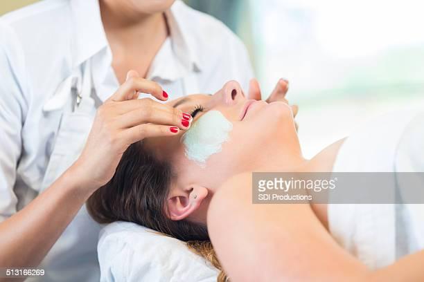 Détente au spa du visage de bébé Esthéticienne