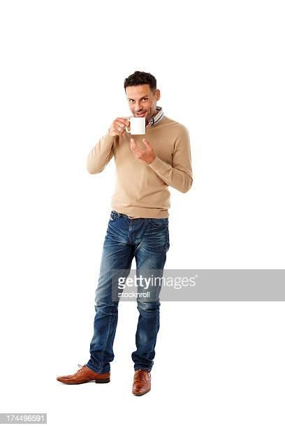 Relaxado jovem beber café