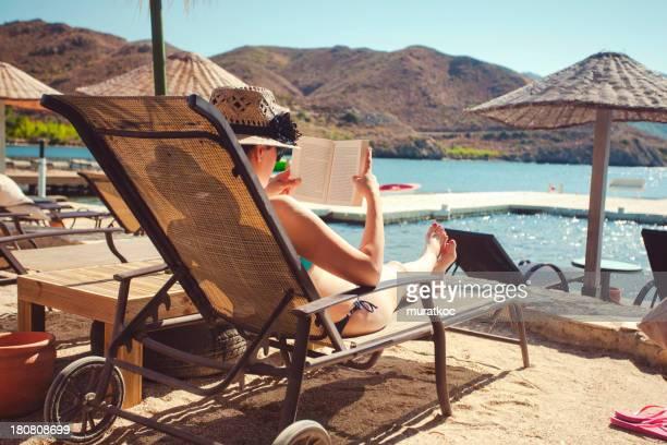 De détente et de lecture sur la plage