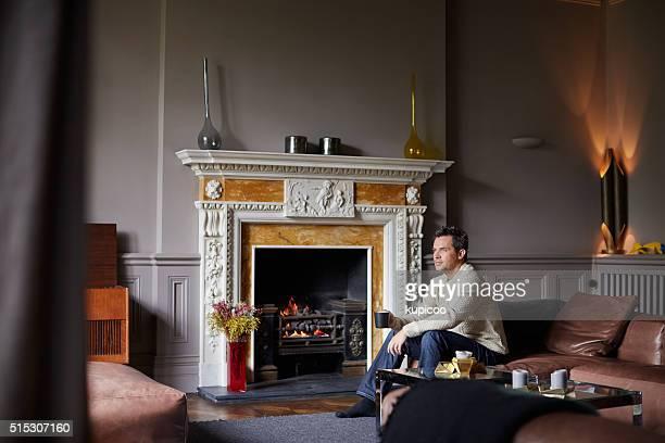 En se relaxant dans la chaleur de la cheminée
