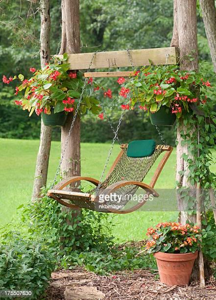 Entspannenden Ort im Garten mit Schaukel und Topfblumen
