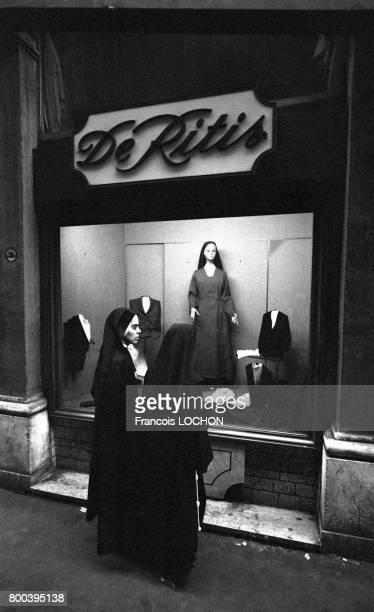 Religieuses devant la vitrine d'un magasin de vêtements religieux en septembre 1978 à Rome Italie