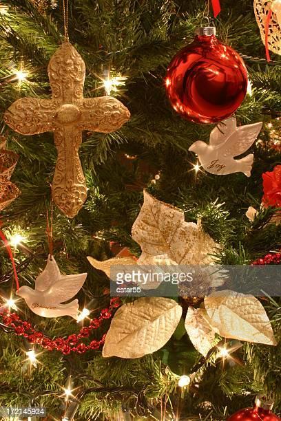 Religieux: Suspendu sur fond de Noël avec des décorations d'arbre