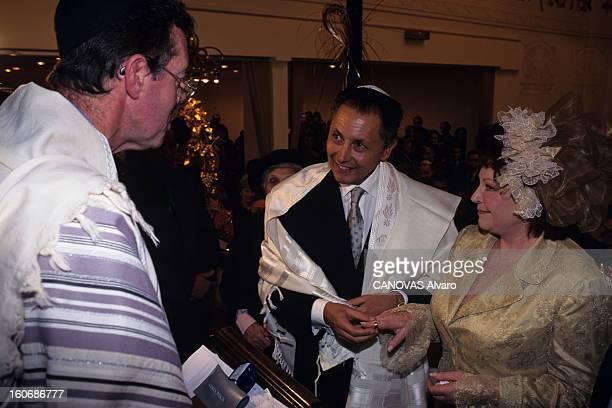 Religious Marriage Of Roger Choukroun And Regine At The Synagogue Of Street Copernic En France à Paris le 6 décembre 1994 lors du mariage religieux...