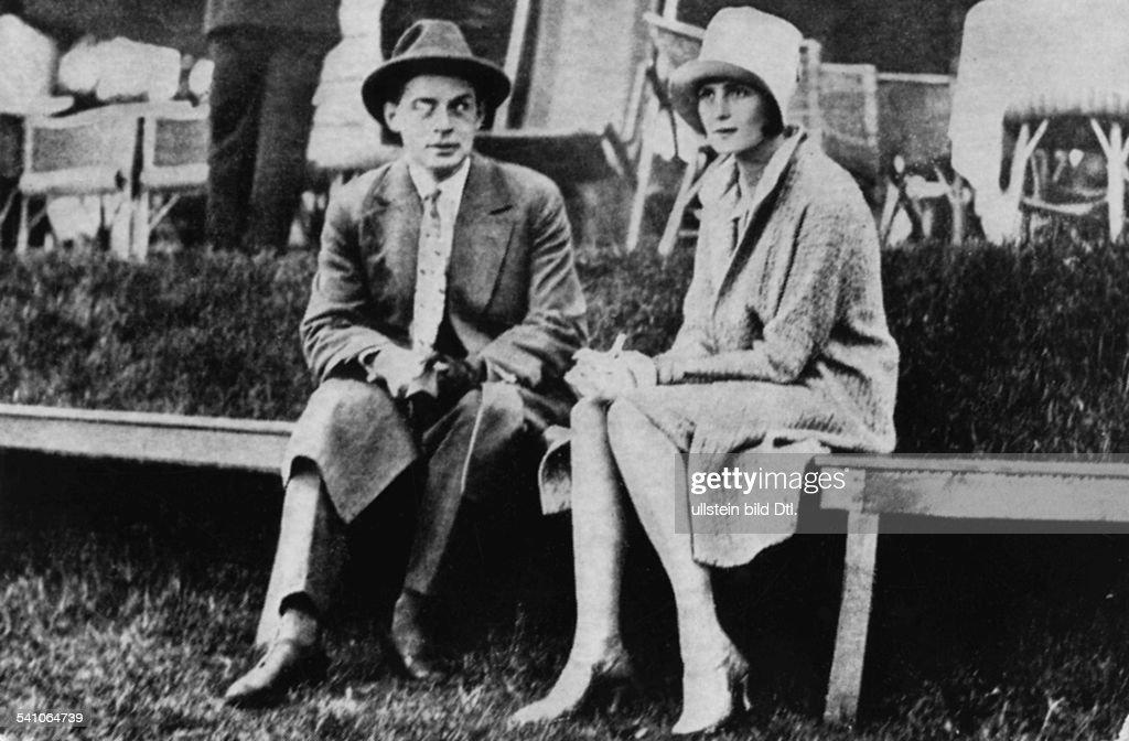 Remarque, Erich Maria *22.06.1898-+(Eigentlich Erich Paul Remark)Schriftsteller, D- mit seiner Frau Jutta Ilse Zambona beim Tennisturnier im Blau-Weiss Klub als Zuschauer, Berlin- 1929