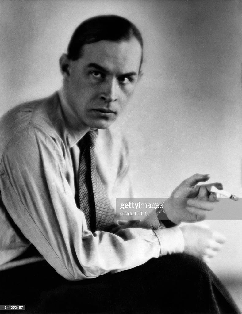 Remarque, Erich Maria *22.06.1898-+(Eigentlich Erich Paul Remark)Schriftsteller, D- Portrait mit Zigarette- undatiert