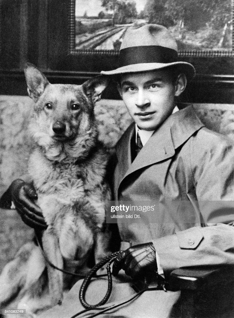 Remarque, Erich Maria *22.06.1898-+(Eigentlich Erich Paul Remark)Schriftsteller, D- Portrait, mit Hund- undatiert