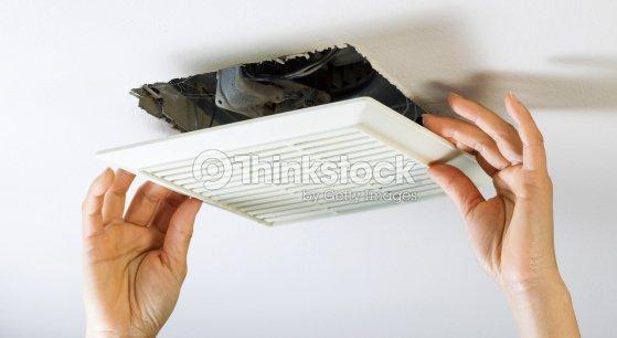 Entfernen Badezimmerlufter Vent Abdeckung Innen Reinigen Stock Foto
