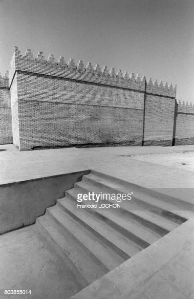 Remparts crénelés restaurés et escalier à Babylone en septembre 1987 en Irak