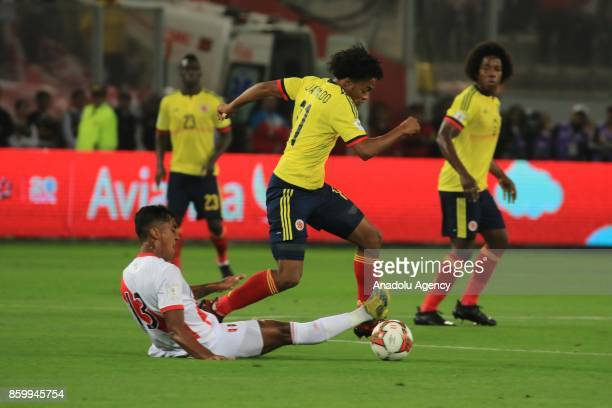 Renato Tapia of Peru in action against Cuadrado of Colombia during the 2018 FIFA World Cup Qualification match between Peru and Colombia at National...
