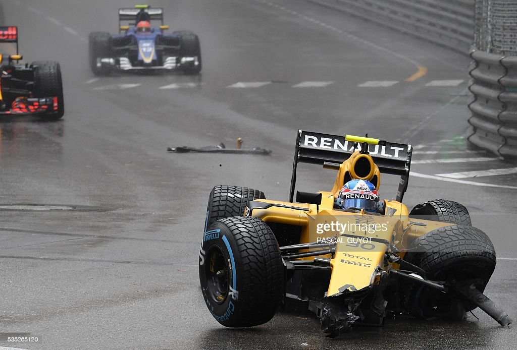 Renault Sport F1 Team's British driver Jolyon Palmer crashes he car during the start at the Monaco street circuit, on May 29, 2016 in Monaco, during the Monaco Formula 1 Grand Prix. / AFP / PASCAL