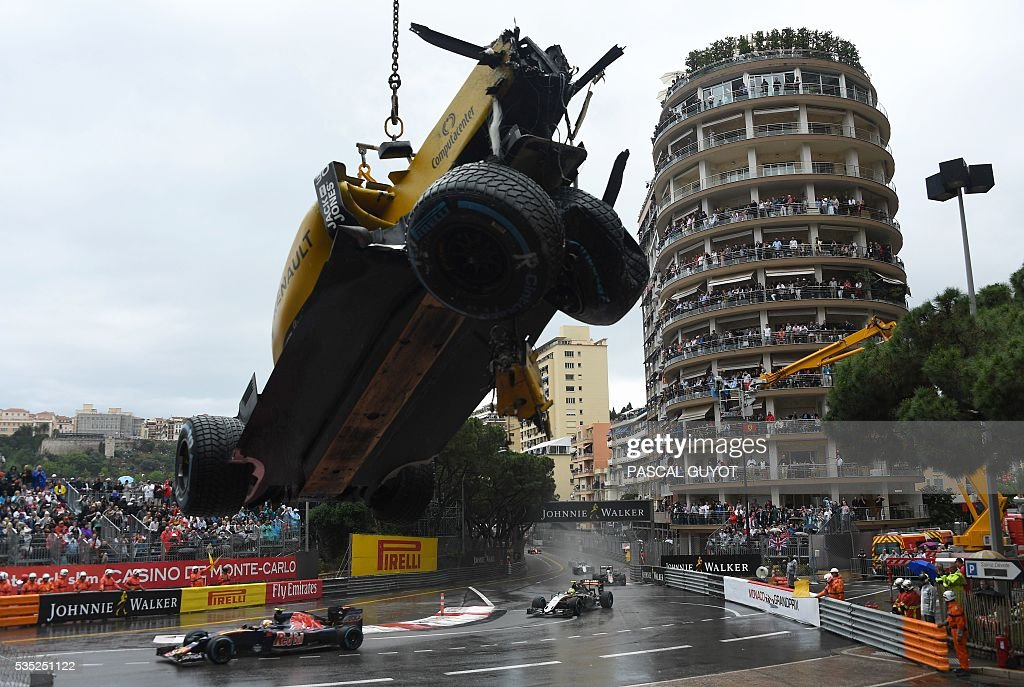 Renault Sport F1 Team's British driver Jolyon Palmer's car is evacuated after he crashed during the start at the Monaco street circuit, on May 29, 2016 in Monaco, during the Monaco Formula 1 Grand Prix. / AFP / PASCAL
