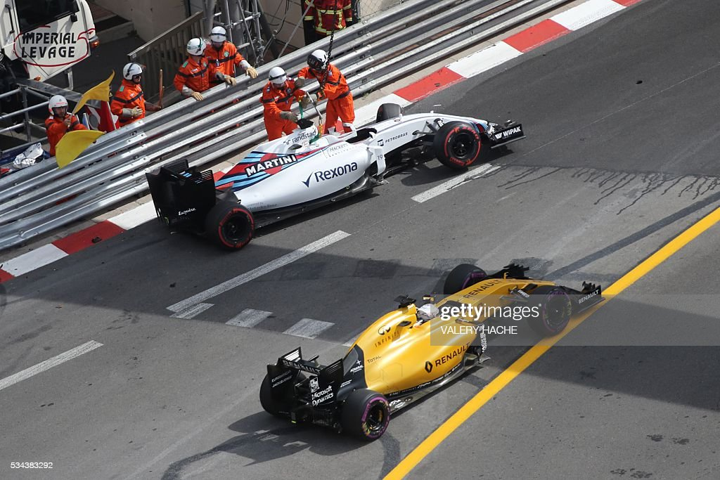 Renault Sport F1 Team's Danish test driver Kevin Magnussen drives as Williams Martini Racing's Brazilian driver Felipe Massa just crashed his car during the first practice session at the Monaco street circuit, on May 26, 2016 in Monaco, three days ahead of the Monaco Formula 1 Grand Prix. / AFP / Valery HACHE