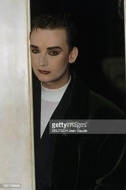 Rendezvous With Boy George Londres octobre 1988 Dans son hôtel particulier portrait du chanteur BOY GEORGE maquillé dans l'encadrement d'une porte