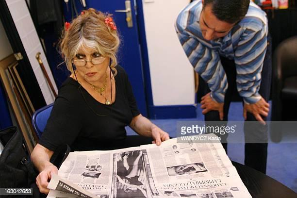 Rendezvous With Brigitte Bardot On The Occasion Of Her 70Th Anniversary Brigitte BARDOT dans les locaux de sa fondation à Paris lisant un article sur...