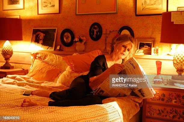 Rendezvous With Brigitte Bardot On The Occasion Of Her 70Th Anniversary Brigitte BARDOT chez elle à Paris lisant le journal 'Le Figaro' sur son lit