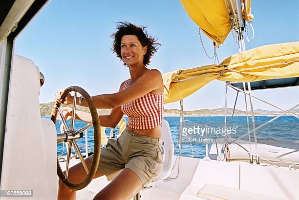 Rendezvous With Carole Gaessler On Holiday In The Var Attitude souriante de Carole GAESSLER à la barre d'un catamaran de location lors de vacances à...