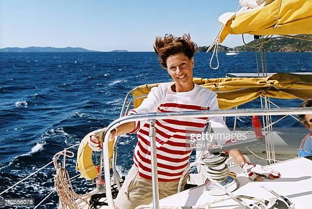 Rendezvous With Carole Gaessler On Holiday In The Var Attitude souriante de Carole GAESSLER sur le pont arrière d'un catamaran de location lors de...