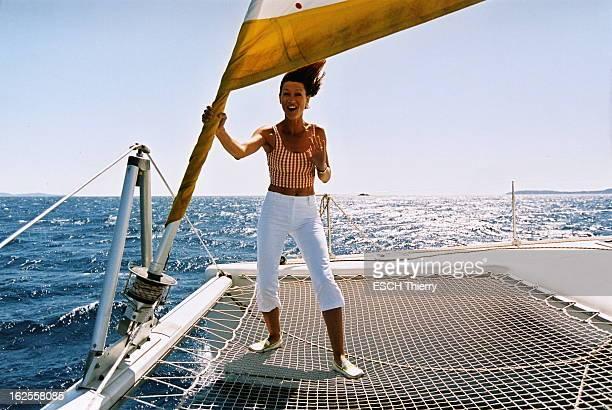 Rendezvous With Carole Gaessler On Holiday In The Var Attitude souriante de Carole GAESSLER en équilibre sur les cordes d'un catamaran de location...