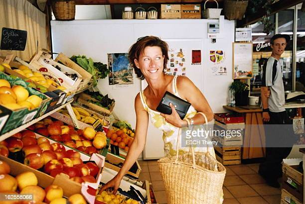 Rendezvous With Carole Gaessler On Holiday In The Var Carole GAESSLER souriante achetant des fruits dans un magasin lors de vacances à...