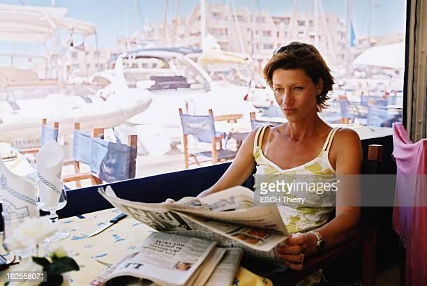 Rendezvous With Carole Gaessler On Holiday In The Var Carole GAESSLER lisant un journal assise à la table d'un restaurant lors de vacances à...