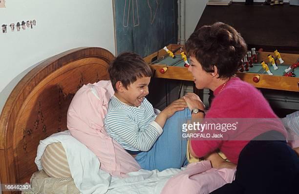 Rendezvous With Cecile Aubry And Her Son Sebastian France 1965 Cécile AUBRY vêtue d'un polo rose fuchsia sur pantalon noir cheveux courts joue avec...