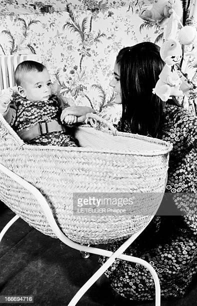 Rendezvous With Chantal Goya And Her Son JeanPaul Debout Le 04 novembre 1966 l'actrice et chanteuse française Chantal GOYA souriante vue de profil...