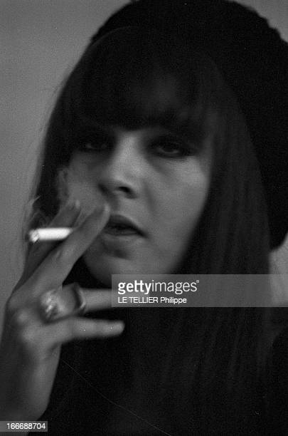 Rendezvous With Chrissie Shrimpton Le 28 octobre 1965 à Londres en Angleterre portrait de la femme mannequin et actrice Chrissie SHRIMPTON avec un...