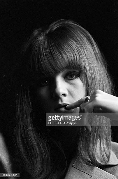 Rendezvous With Chrissie Shrimpton Le 28 octobre 1965 à Londres en Angleterre portrait de la femme mannequin et actrice Chrissie SHRIMPTON un doigt...