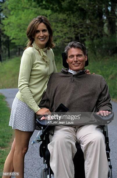 Rendezvous With Christopher Reeve Aux EtatsUnis près de NewYork en avril 1998 Christopher REEVE assis dans un fauteuil roulant et son épouse Dana...