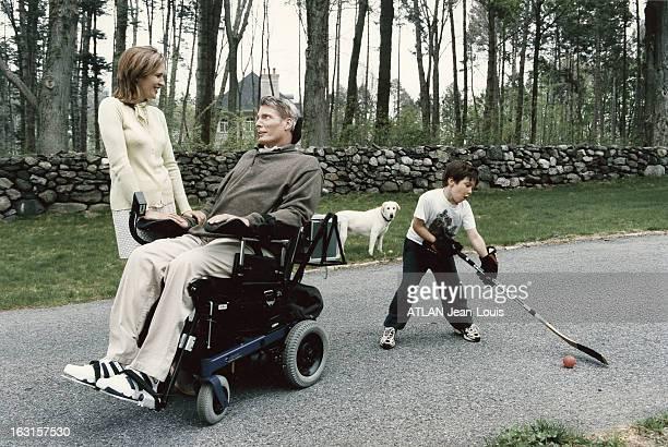 Rendezvous With Christopher Reeve Christopher REEVE assis dans son fauteuil roulant avec son épouse Dana se regardant en se souriant tandis que leur...