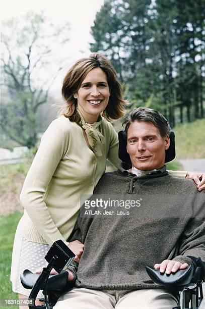 Rendezvous With Christopher Reeve Dana REEVE se tenant debout auprès de son mari Christopher dans son fauteuil roulant dans le parc de leur villa de...