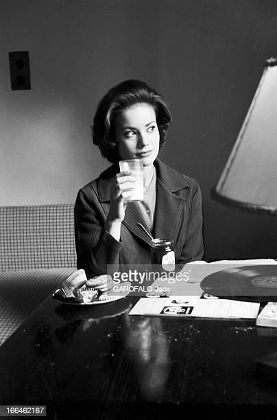 Rendezvous With Claudine Auger 16 octobre 1958 Claudine AUGER Miss France 1958 pose assise à une table buvant un verre de lait