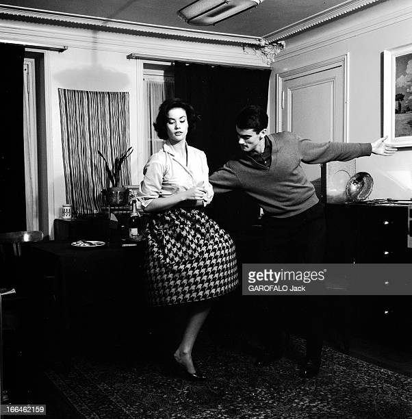 Rendezvous With Claudine Auger 16 octobre 1958 Claudine AUGER portant une jupe au motif pied de poule Miss France 1958 danse avec un homme non...