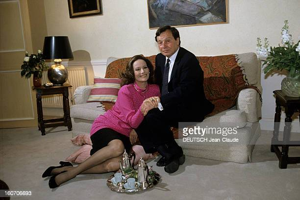 Rendezvous With Claudine Auger At Home In London Londres septembre 1987 Portrait de Claudine AUGER chez elle posant avec son époux Peter BRENT