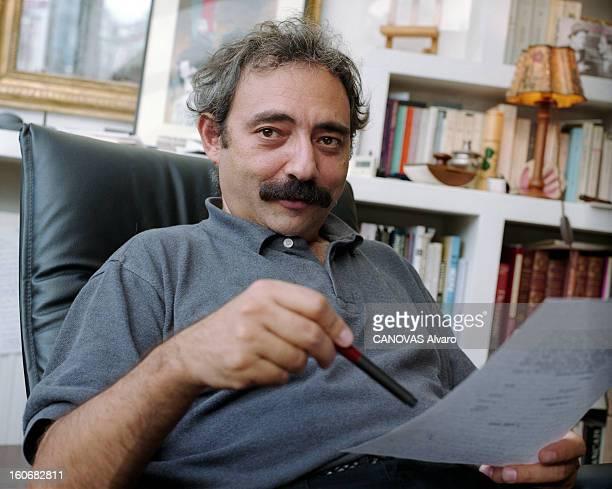 Rendezvous With Dan Franck Paris 6 octobre 1998 Portrait de l'écrivain Dan FRANCK chez lui dans son bureau assis sur un fauteuil relisant un texte...