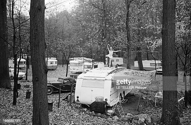 Rendezvous With Delphine Desyeux 28 novembre 1967 Delphine DESYEUX est actrice danseuse et chorégraphe française Ici dans la forêt debout sur le toit...