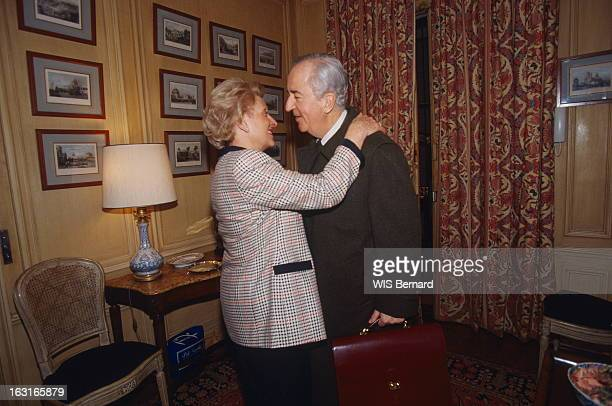 Rendezvous With Edouard Balladur At Home In Paris MarieJosèphe BALLADUR s'apprêtant à embrasser son mari Edouard prêt à quitter leur appartement de...
