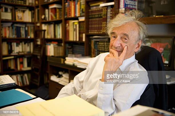 Rendezvous With Elie Wiesel In New York Attitude souriante d'Elie WIESEL auteur du livre 'Otage' aux éditions Grasset assis à son bureau de NEW YORK