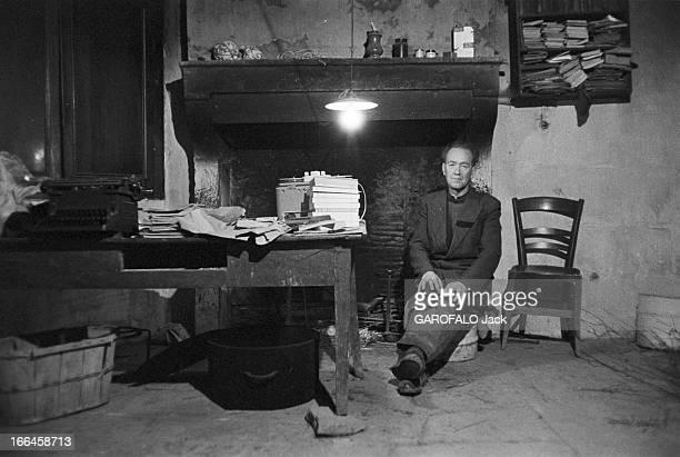Rendezvous With Eliezer And Sonia Fournier France Jassay 10 avril 1958 Portrait de l'écrivain et traducteur Eliezer FOURNIER dans sa maison de...