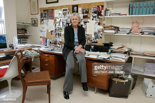 Rendezvous With Elisabeth Badinter Attitude d'Elisabeth BADINTER assise sur son bureau chez elle à Paris