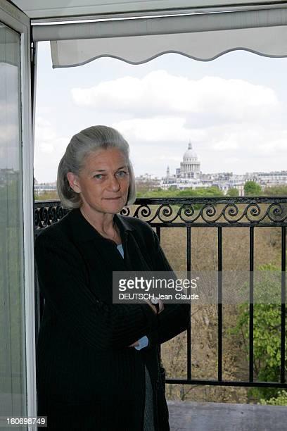 Rendezvous With Elisabeth Badinter Attitude d'Elisabeth posant bras croisés devant une fenêtre ouverte face au Panthéon chez elle à Paris