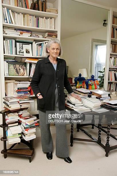 Rendezvous With Elisabeth Badinter Plan en pied d'Elisabeth BADINTER chez elle à Paris