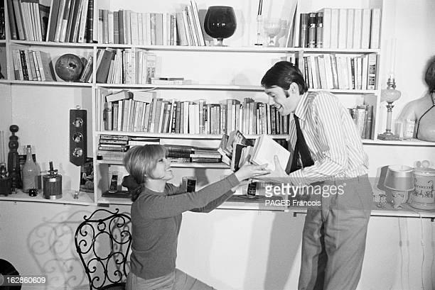 Rendezvous With Elizabeth Wiener Le 18 janvier 1965 l'actrice et chanteuse Elisabeth WIENER souriante chez elle assise sur une chaise reçoit des...