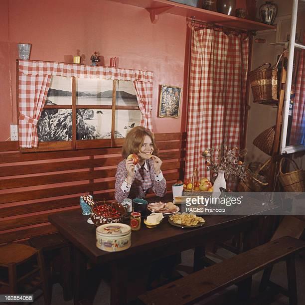 Rendezvous With France Gall With Family In Yonne Attitude souriante de France GALL 16 ans mangeant une pomme assise à une table dans la maison...