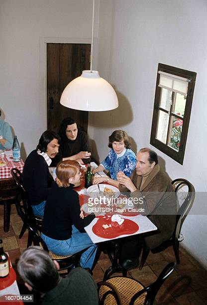 Rendezvous With Francois Mitterrand With Family In Latche A Latche en avril 1974 à l'occasion de la campagne pour les élections présidentielles assis...