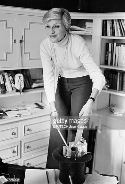 Rendezvous With Francoise Dorin At Home In Montmartre Paris Montmartre 26 Août 1977 Chez elle dans son bureau Françoise DORIN comédienne française et...